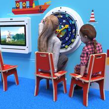 Op deze afbeelding ziet u twee kinderen op de Buxus Chair red uit de kindermeubel collectie Buxus